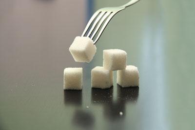 Большое количество сладостей снижает сопротивляемость организма к инфекциям.